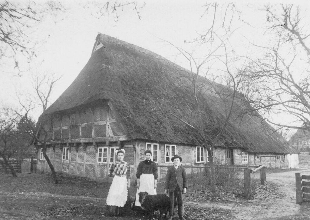 Das 1648 erbaute alte Bauernhaus, aus Richtung Kleckerwaldstraße, Foto von 1920