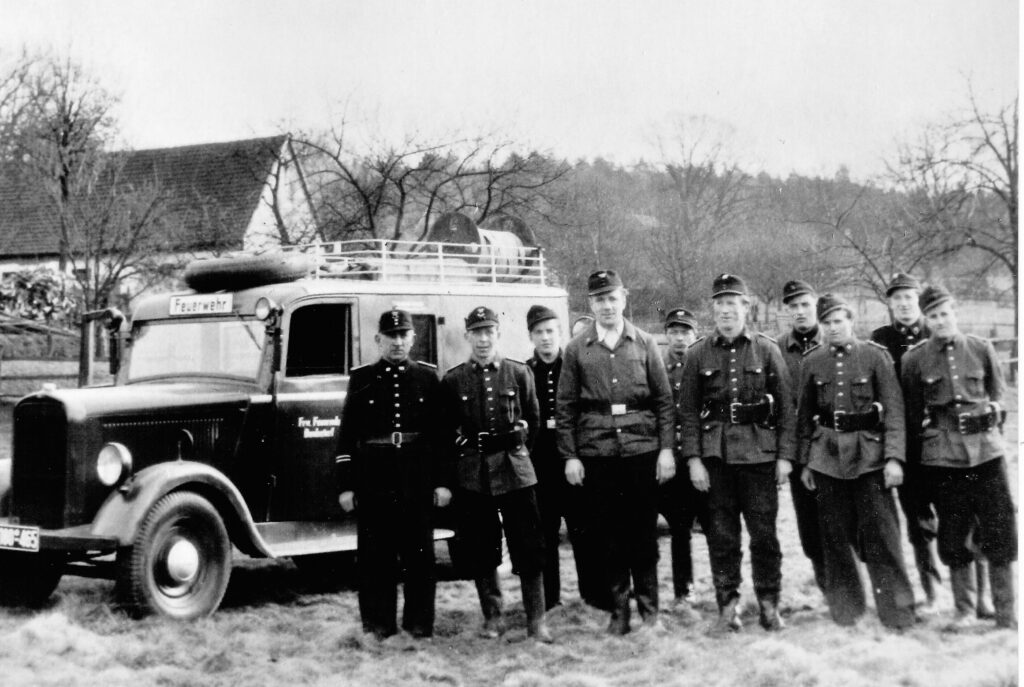 Freiw. Feuerwehr mit dem ersten Motorfahrzeug Opel Blitz, 1953