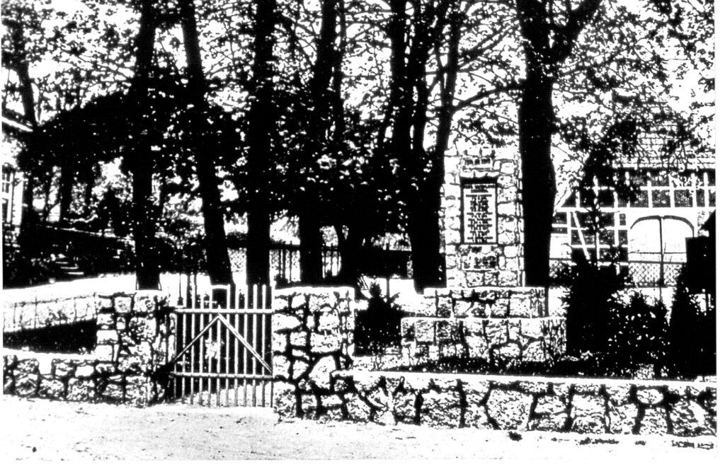ehem. Schulhaus mit Kriegerdenkmal, vor 1939