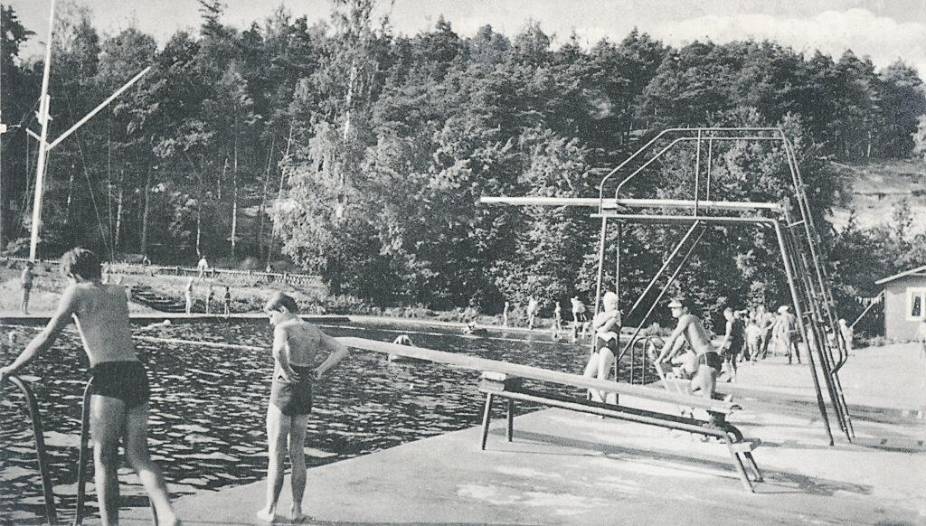 Schwimmbad in Betrieb, 1955